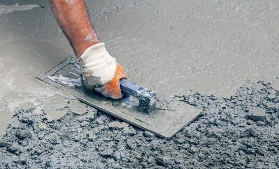 مرحله آخر اتمام بتن ریزی و صاف کردن بتن است دوام بتن ریزی در هر آب و هوایی بسگتی به هیدراسیون مناسب دارد.
